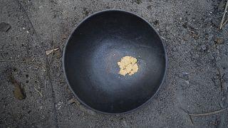 يستخدم الباحثون عن الذهب أدوات بسيطة منها المنخل أو المقلاة...