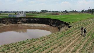 Surgimento de enorme cratera que ameaça engolir casas no México