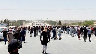 Suriye'nin Menbiç kentinde halk, YPG'nin gençleri silah altına alma uygulamasına karşı protesto gösterisi düzenledi