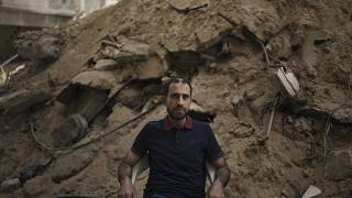 عزام الكولك يجلس امام انقاض بيته المدمر في غزة. 2021/05/31
