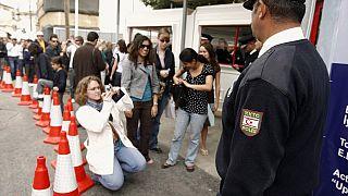 Kıbrıs'ta bir kontrol noktasında kuyruk yapan insanlar