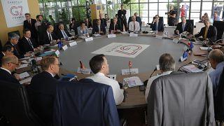 صورة من الارشيف - وزراء المالية ومحافظو البنوك في جلسة لمجموعة السبع