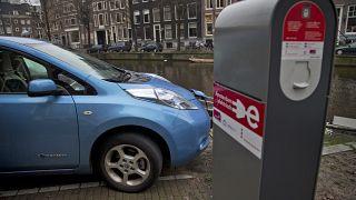 Un veicolo elettrico a zero emissioni in carica nel centro di Amsterdam, Paesi Bassi, martedì 8 gennaio 2013