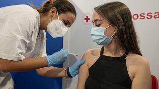 Una joven se vacuna en Italia