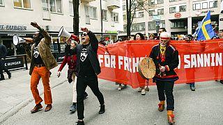 Tiltakozás a svéd járványügyi intézkedések ellen május elején Stockholmban