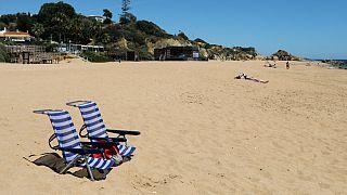 Cadeiras vazias em praia de Albufeira, no Algarve