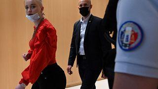 Mila, all'arrivo al tribunale a Parigi