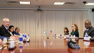 العلمان الإسرائيلي والأمريكي على الطاولة حيث يستضيف وزير الدفاع لويد أوستن اجتماعاً ثنائياً مع وزير الدفاع الإسرائيلي بيني غانتس في البنتاغون في واشنطن، الخميس 3 يونيو 2021.