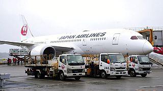 Rakodják a Tajvannak szánt adományt a Narita nemzetközi repülőtéren várakozó gépre