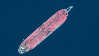 """الناقلة النفطية المتهالكة """"صافر"""" الراسية قبالة سواحل اليمن."""