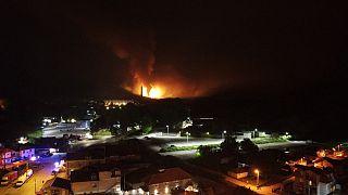 Die Explosion erhellte den Nachthimmel über der Stadt Cacak, Serbien