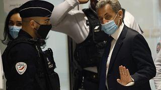 الرئيس الفرنسي السابق نيكولا ساركوزي في قاعة المحكمة في باريس للمثول أمام القضاة بتهمة التمويل غير الشرعي لحملته الانتخابية.