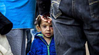 Szíriai bevándorlók hagyják el a dániai Padborg pályaudvarát 2015. szeptember 10-én