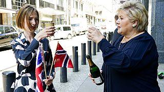 Norveç Başbakanı Erna Solberg (sağda) ile Ticaret ve Sanayi Bakanı Iselin Nybo, İngiltere ile yapılan ticaret anlaşmasını kutladı