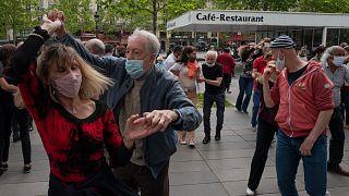 تخفيف الإجراءات سمح بعودة التجمعات في شوارع باريس