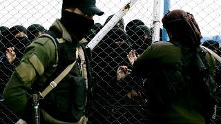 صورة من الارشيف - عند البوابة التي تغلق القسم المخصص للعائلات الأجنبية المرتبطة بتنظيم الدولة الإسلامية