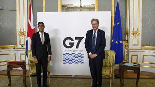 El Ministro de Hacienda británico, Rishi Sunak, a la izquierda, y el Comisario de Economía de la UE, Paolo Gentiloni