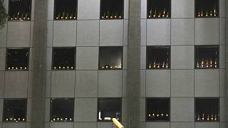 شمعهای روشن پشت پنجره ساختمان کنسولگری آمریکا در هنگکنگ به یاد قربانیان تیانآنمن