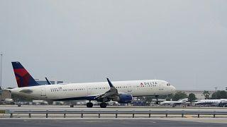 طائرة ركاب تابعة لشركة دلتا إيرلاينز إيرباص A321 - 211 .