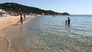 أناس يستمتعون بجمال البحر والرمال الناعمة في جزيرة سردينيا الإيطالية. 2019/06/29