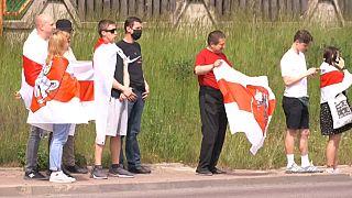 Decine di esiliati bielorussi si sono radunati al confine tra Polonia e Bielorussia per chiedere la riapertura del confine