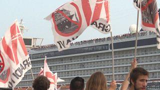 Vuelven los cruceros a Venecia ante la protesta de cientos de personas