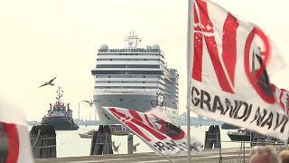 El crucero MSC Orchestra parte de Venecia entre protestas