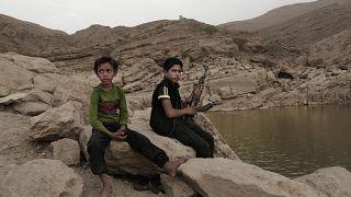 طفل بحمل سلاحه عند سد مارب في اليمن. 2018/07/30