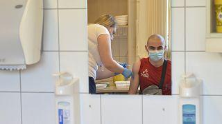 Oltás Győrben a Janssen egyadagos koronavírus elleni vakcinájával