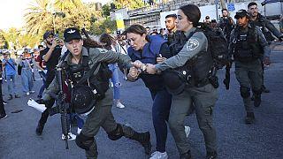 İsrail polisi, El Cezire (Al Jazeera) televizyonunun haber muhabiri Givara Budeiri'yi gözaltına aldı.