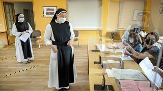 Almanya'da Saksonya-Anhalt eyalet meclisi seçimleri içi oyunu kullanan rahibeler