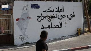 """شعار بالعربية """"أهلا بكم في حي الشيخ جراح المتعنت"""" في 25 مايو- أيار 2021، في حي الشيخ جراح بالقدس الشرقية المحتلة الذي ضمته إسرائيل."""