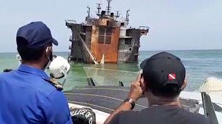 شاهد: الغواصون في سريلانكا يتحققون من تسرب للنفط من سفينة تغرق في عرض الساحل