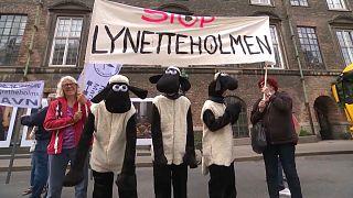 Manifestantes contra la construcción de la isla artificial en Copenhague