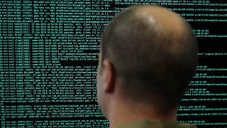 جندي يتابع رموزا على شاشة حاسوبه في وزارة الدفاع الفرنسية. 2018/01/23