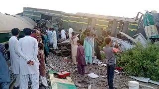 موقع اصطدام قطارين في جنوب باكستان يوم الإثنين 7 يونيو 2021