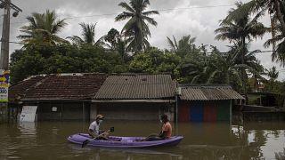 غمرت الفيضانات بلدات وقرى سريلانكية بشكل كامل