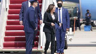 """نائبة الرئيس الأميركي، كامالا هاريس، عند خروجها من طائرة """"إير فورس تو"""""""