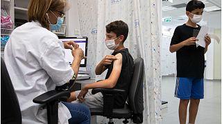 إسرائيل توسع حملة التطعيم ضد فيروس كورونا لتشمل المراهقين من 12-16 عاما