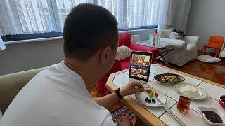 Sedat Peker videolarını izleyen bir aile