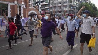 Γιανγκόν: Διαδήλωση - «αστραπή»