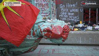 شاهد: متظاهرون يسقطون تمثال أحد مهندسي نظام المدارس الداخلية الكندية