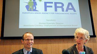 أناستازيا كريكلي، رئيسة مجلس إدارة وكالة الاتحاد الأوروبي للحقوق الأساسية ومورتن كياروم،  مدير الوكالة (أرشيف)