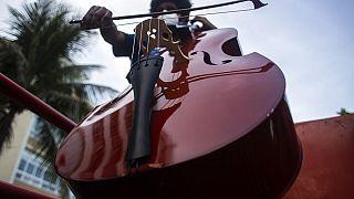 شاهد: أوركسترا متنقلة تعزف الموسيقى في شوارع ريو دي جانيرو