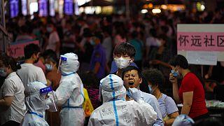 يخضع أحد المقيمين لفحص فيروس كورونا في منطقة ليوان في قوانغتشو بمقاطعة قوانغدونغ، جنوب الصين، الأربعاء 26 مايو 2021.