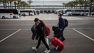 سياح  يرتدون كمامات في مطار بالما دي مايوركا في جزيرة البليار الإسبانية في مايوركا، إسبانيا، السبت 27 مارس 2021.