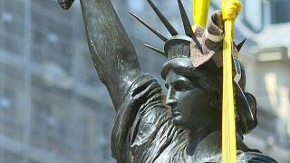 """""""تمثال حرية"""" مصغّر في طريقه من فرنسا إلى الولايات المتحدة"""