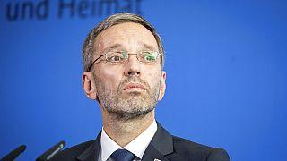 وزير الداخلية النمساوي هربرت كيكل في مؤتمر صحفي مشترك مع نظيره الألماني، هورست سيهوفر، بعد اجتماع في برلين، ألمانيا، يوم الثلاثاء 4 سبتمبر 2018.