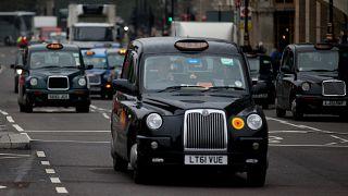 سيارات الأجرة السوداء الشهيرة في العاصمة البريطانية لندن
