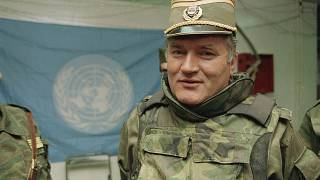 قائد صرب البوسنة راتكو ملاديتش في مطار ساراييفو (أرشيف)